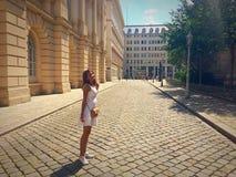 步行的女孩在维也纳的中心 图库摄影