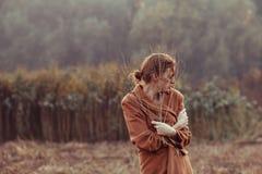 步行的孤独的女孩 图库摄影