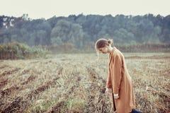步行的孤独的女孩 免版税库存照片