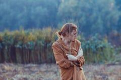 步行的孤独的女孩 库存图片
