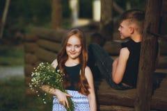 步行的孩子在乡下在一个夏日 免版税库存图片