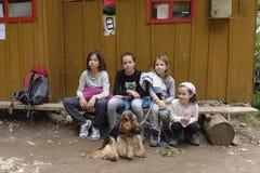 步行的孩子, Apuseni山,罗马尼亚 库存照片