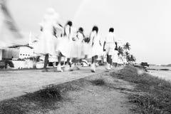 步行的斯里兰卡的学校学生对加勒灯塔,加勒,斯里兰卡 免版税库存照片