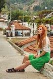 步行的时髦的女孩在土耳其城市 库存图片