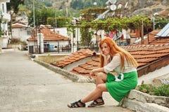 步行的时髦的女孩在土耳其城市 免版税库存照片