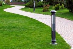 步行的步行边路在公园 免版税库存照片