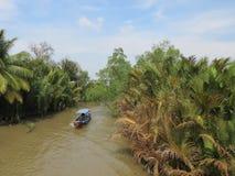 步行的水运输在湄公河的狭窄的三角洲 免版税库存图片