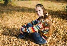 步行的美丽的少妇在秋天 免版税库存图片