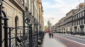 步行的美好的天在伦敦街道上  免版税库存图片