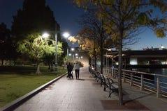 步行的美好的晚上由河 库存图片