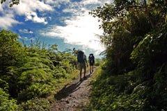 步行的背包徒步旅行者上升 免版税库存照片