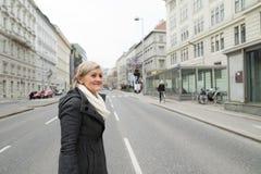 步行的资深妇女在夜城市 冬天 免版税库存图片