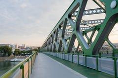 步行者、骑自行车者和电车的一座现代老新的桥梁在河多瑙河在布拉索夫,斯洛伐克 库存图片