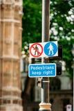 步行者保留正确的标志 免版税库存照片