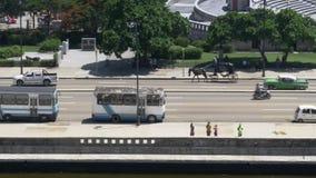 步行者和交通移动式摄影车大角度建立的射击在哈瓦那古巴 股票视频