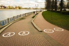 步行者和自行车道路在公园 免版税库存照片