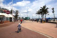 步行者和骑自行车者散步的,德班南非 图库摄影
