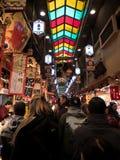 步行者在京都的食物市场上 免版税库存照片