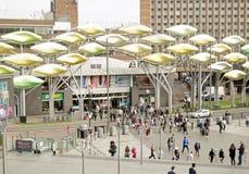 步行者在斯特拉福,伦敦 免版税库存图片