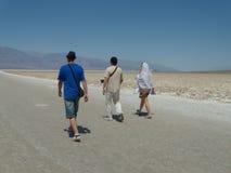 步行者在沙漠 免版税库存图片