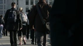 步行者大人群走在伦敦桥28b 股票视频