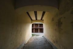 步行者的步行隧道有对仓库的出口的 免版税库存照片
