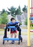 步行者的残疾男孩不可访问的pla的 库存照片