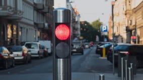 步行者的红色红灯老欧洲城市的背景的 免版税库存照片