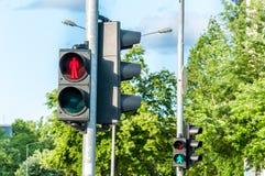 步行者的红色红绿灯信号行人穿越道的在城市 免版税库存图片