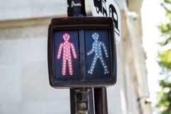 步行者的红色红绿灯在巴黎 免版税库存照片
