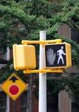 步行者的红绿灯 库存图片