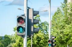 步行者的绿色红绿灯信号行人穿越道的在城市 免版税图库摄影