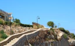 步行者的路径岩石边缘的  免版税库存照片