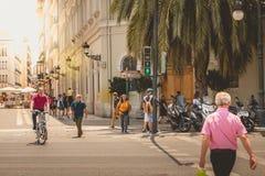 步行者穿过与绿灯si的一个散布的段落 免版税库存照片