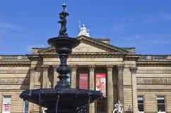 步行者美术画廊和Steble喷泉在利物浦 免版税库存照片
