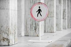 步行者被禁止的标志 库存照片