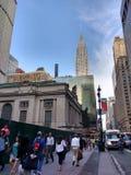 步行者临近盛大中央终端和克莱斯勒大厦, NYC,美国 图库摄影