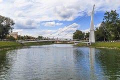 步行者Maryinsky河上的桥哈尔科夫,乌克兰 免版税库存照片