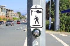 步行行人穿越道按钮 库存照片