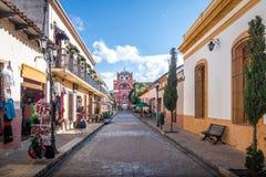 步行街道和德尔卡门成拱形塔Arco Torre del卡门-圣克里斯托瓦尔de Las卡萨什,恰帕斯州,墨西哥 免版税图库摄影