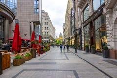 步行街道在布达佩斯,匈牙利的中心 库存照片
