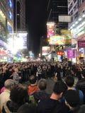 步行街道在晚上在Mongkok,香港 免版税库存图片