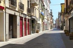 步行街道在阿德里亚的中心 免版税库存照片