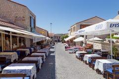 步行街道在Alacati,伊兹密尔省,土耳其人 免版税库存图片