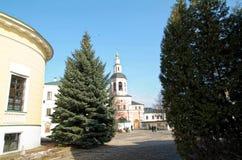 步行通过修道院 免版税库存图片
