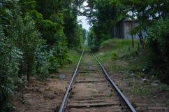 步行通过城市的老工业区 被放弃的对象、植物和工厂 免版税库存照片
