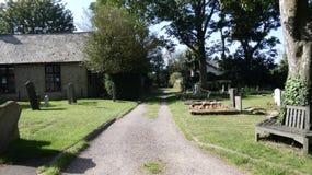 步行通过教会围场在一个美好的夏日 库存图片