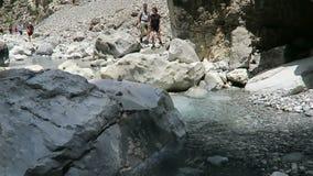步行通过Samaria的人们在克利特希腊狼吞虎咽 通过往海的Lefka Ori山落后带领 影视素材