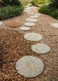 步行道路在庭院里 库存图片