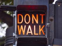 步行-不在土尔沙走老红绿灯街市-土尔沙-俄克拉何马- 2017年10月17日 库存照片